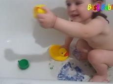 Маленькая девочка воспитывает утку★ Funny Baby Video ★ Little girl talking to a toy in the bath